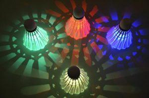 Itian 4 Pièces LED Volant de Badminton Nuit Noire Lueur Birdies Eclairage pour les Activités Sportives Intérieur et Extérieur